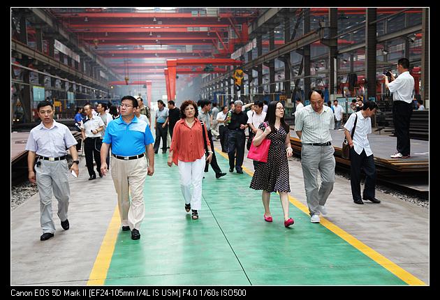 当前我国钢铁产业产能过剩,需求低迷,钢材价格低位运行,钢贸流通行业经营极度困难如何顺应调整经济结构、转变发展方式,实现钢铁业转型升级,已成为钢贸流通业共同关心的话题。为推动我省金属流通行业经营方式转变,我协会于2013年7月12日-14日,应山东华兴机械公司邀请,组织四十多家会员企业到博兴县参观了考察波腹板项目。河北省工信厅副巡视员周军堂同志作为特邀领导参加了这次活动,参观考察团由协会副会长兼秘书长燕春柳带队,通过两天的参观考察,受到启发,拓宽了思路,收到预期效果。 山东华兴机械集团  河北省工信厅副巡
